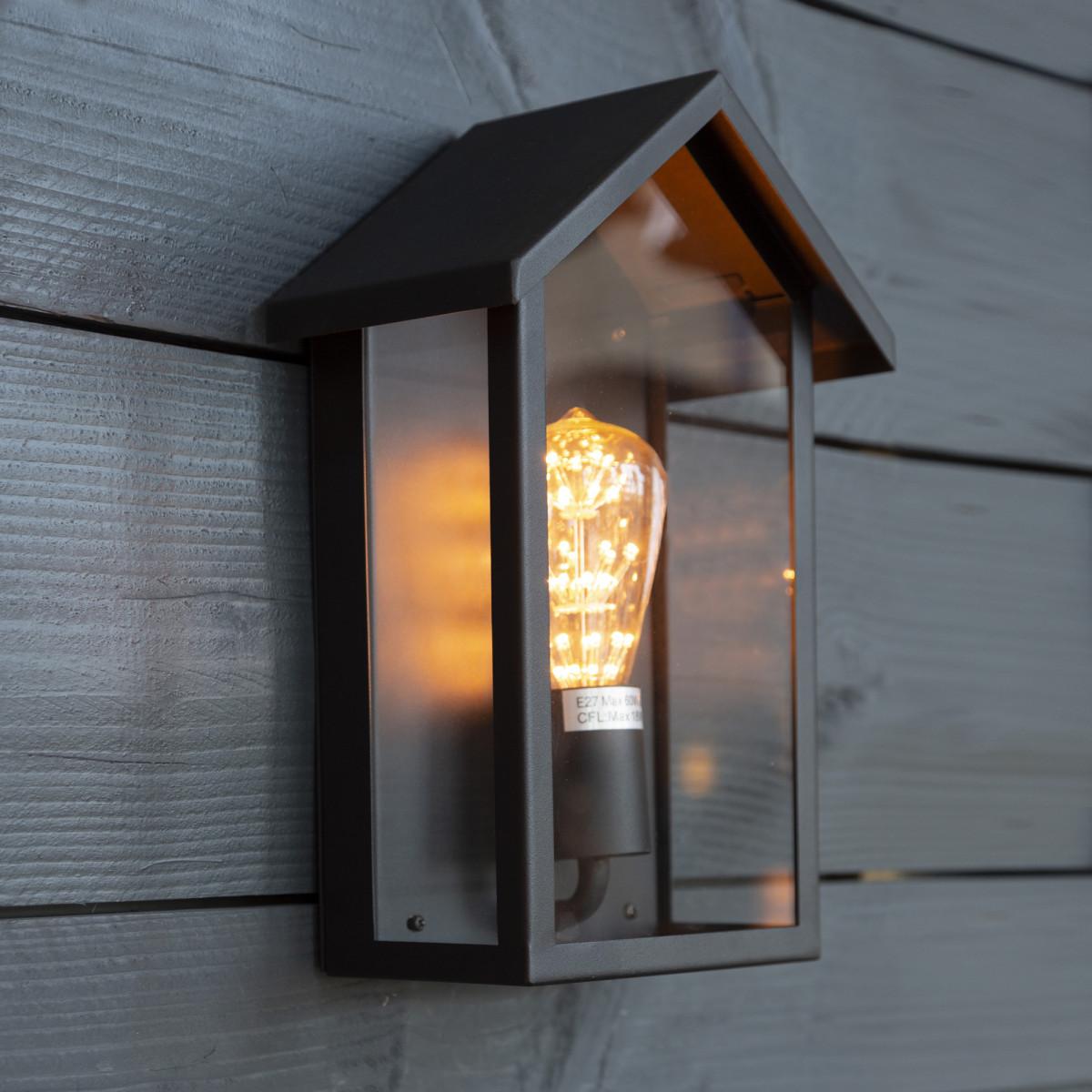 Zwarte buitenlamp, home design, vlakke achterzijde, wandlamp voor buiten met zwart frame en heldere beglazing, vorm van een huis