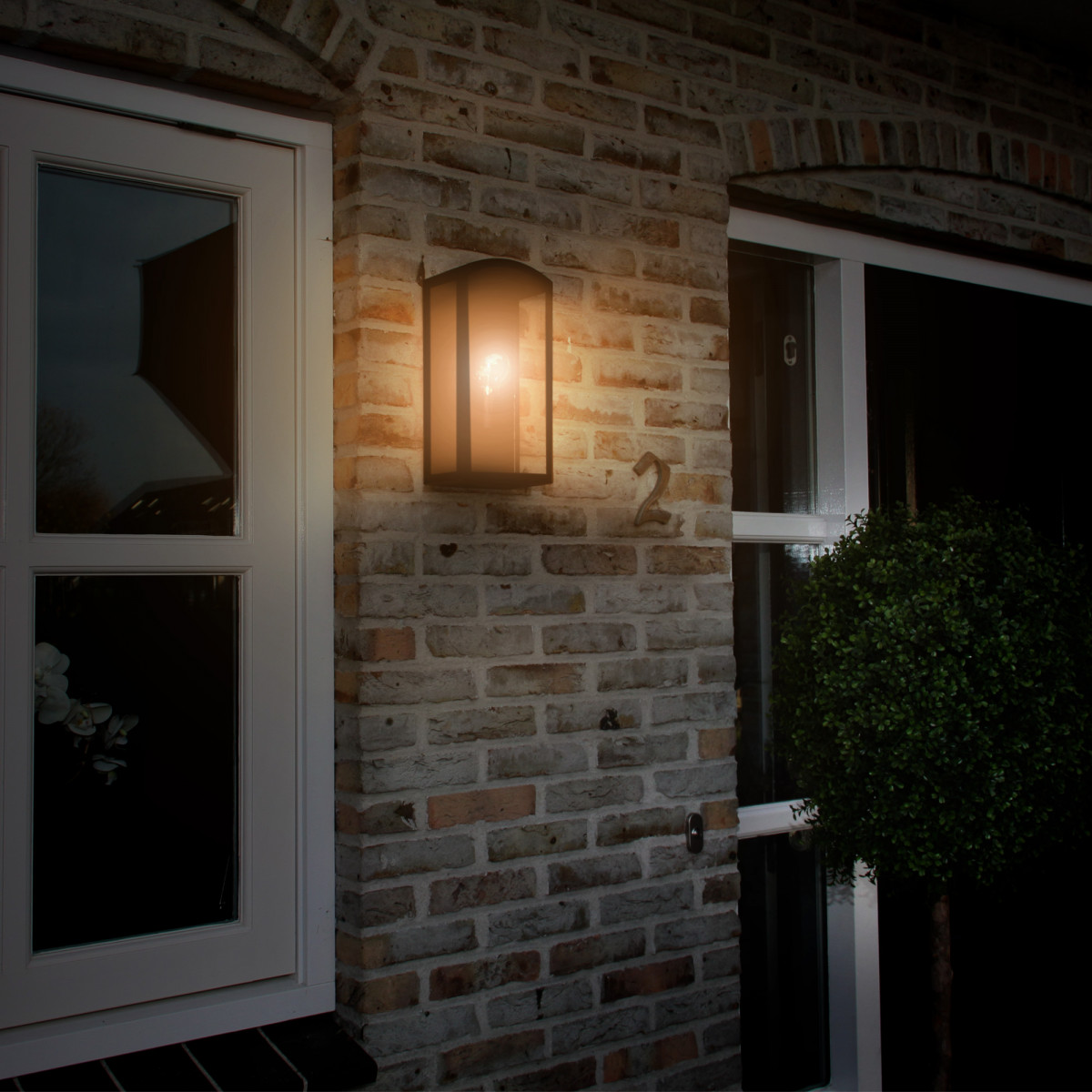 Zwarte wandlamp voor buiten met grote heldere beglazing, strak modern met een klassiek karakter, gevellamp met vlakke achterzijde