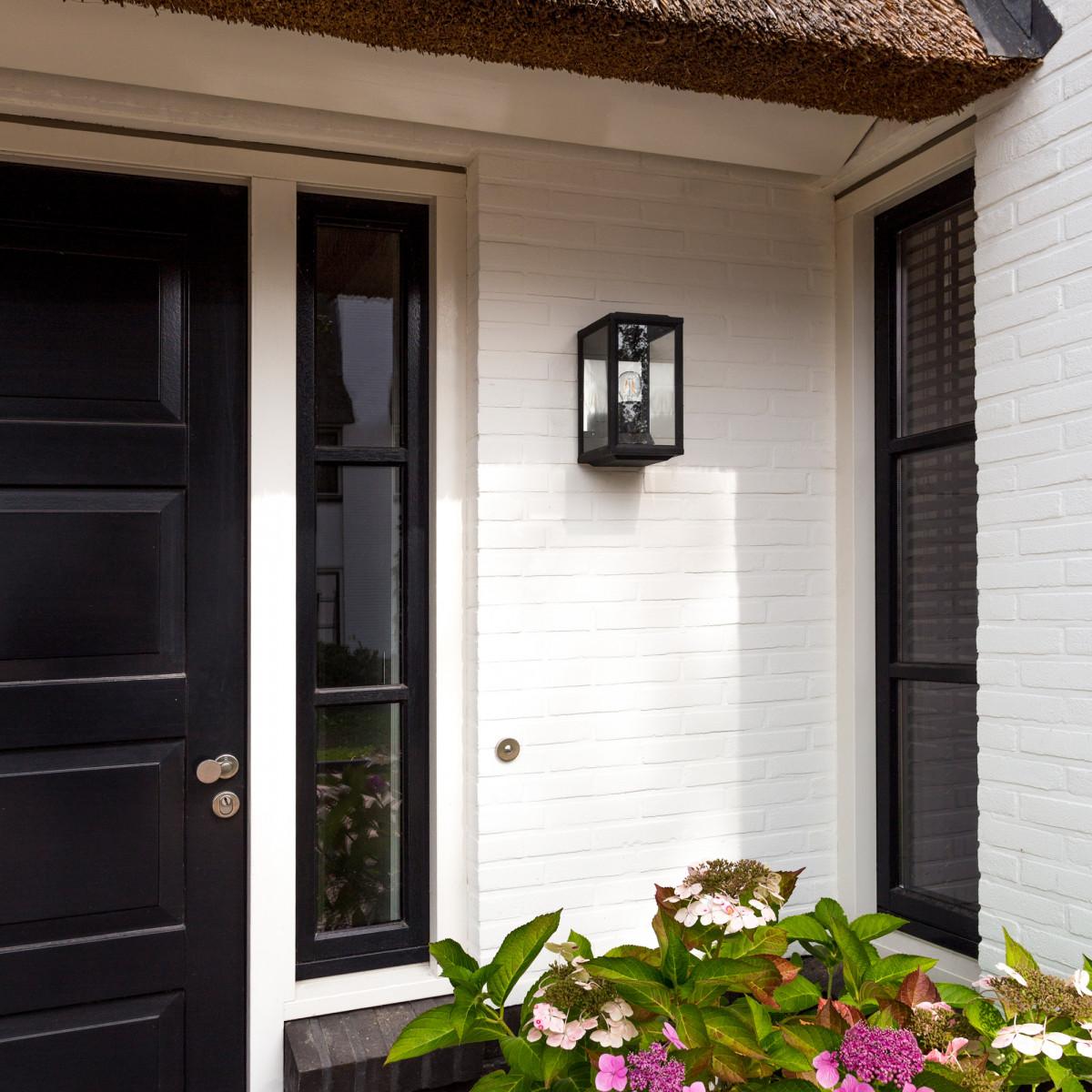 Buitenlamp box design met zwart frame wandlamp voor buiten met  vlakke achterzijde, reflector, helder glas merk KS Verlichting