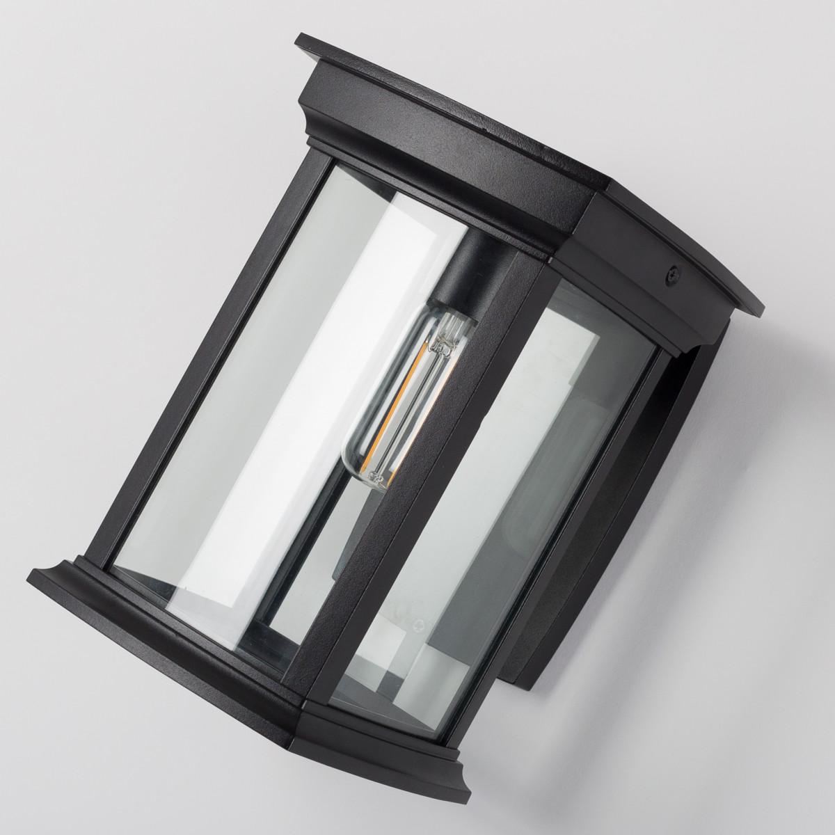 Verlichting voor buiten aan de wand, strak klassiek zwart rechthoekig frame op steun, vierkante wandplaat, lichtbron zichtbaar, klassiek box design wandlamp