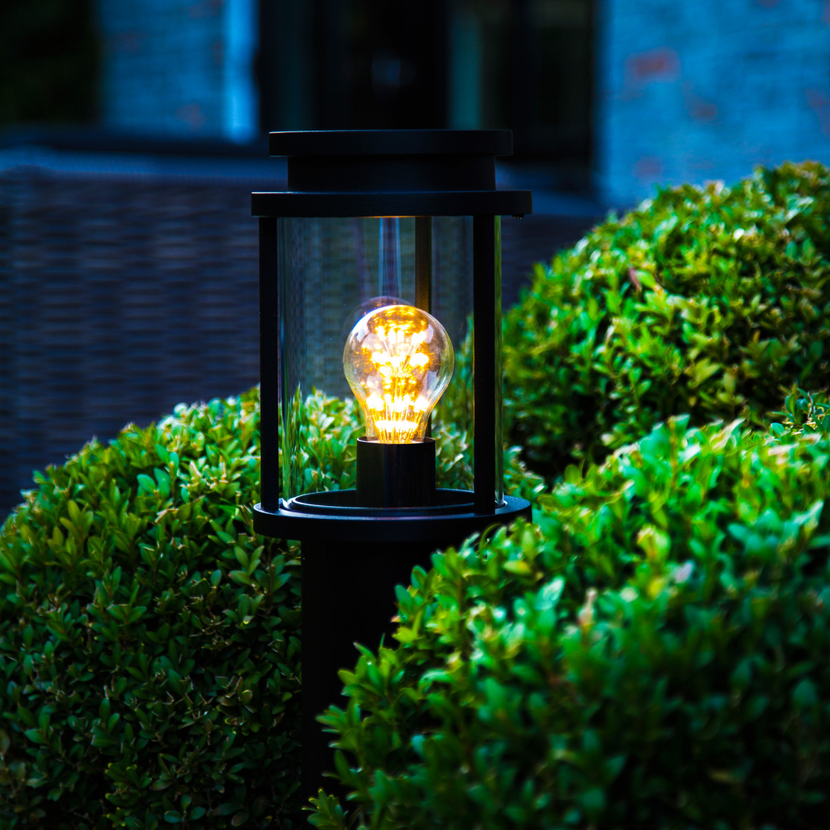 Staande zwarte buitenverlichting, tuinlamp Sydney terras, strak moderne buitenverlichting, ronde lantaarnkap en paal