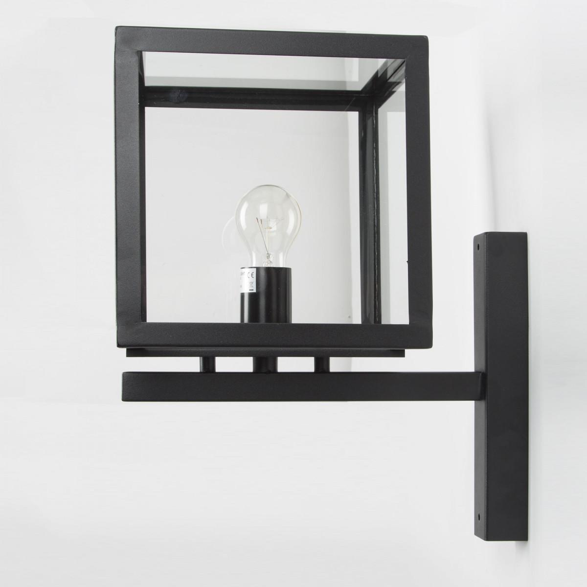 Zwarte RVS buitenlamp, modern box design verlichting voor buiten aan de wand, vierkante wandlamp met grote heldere glazen lichtbron is zichtbaar smalle zwarte wandsteun